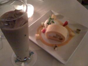 FRAMESのアイスカフェラテとロールケーキ